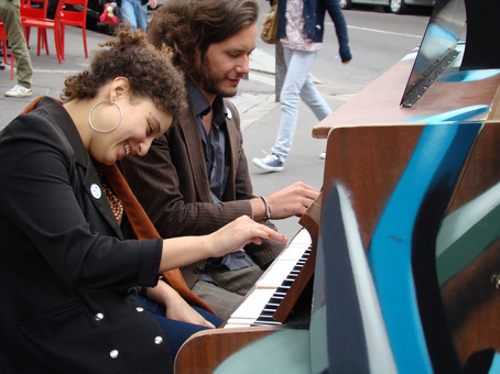 street pianos parc de bellevile 20 me. Black Bedroom Furniture Sets. Home Design Ideas
